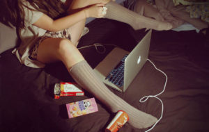 bedroom-girl-laptop-macbook-photography-pocky-Favim.com-102903